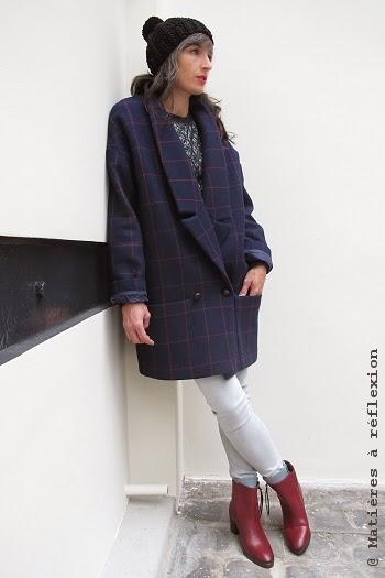 Look du jour : Manteau marine carreaux Karine Jean, boots bordeaux et bonnet pompon