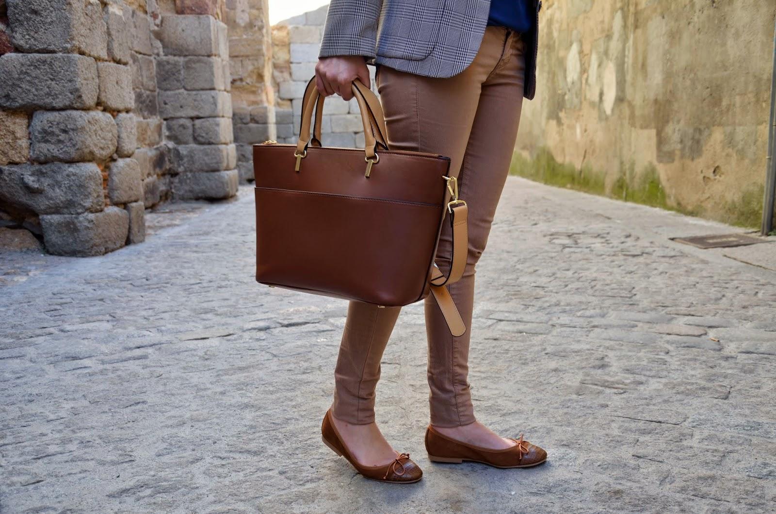 look clásico complementos marrón