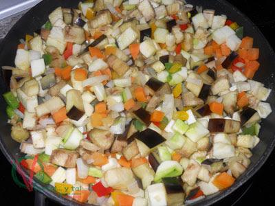 Cortar y sofríe la verdura.