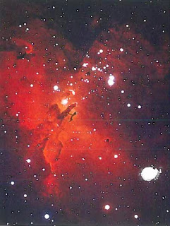 Туманность №16. Эти газовые водородные облака - основное вещество, из которого формируются звезды. Красный цвет указывает на присутствие водорода, ядра которого соединяются. превращаясь в гелий.