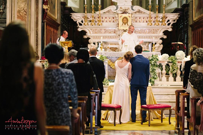 sposi abbracciati all'altare matrimonio Varazze