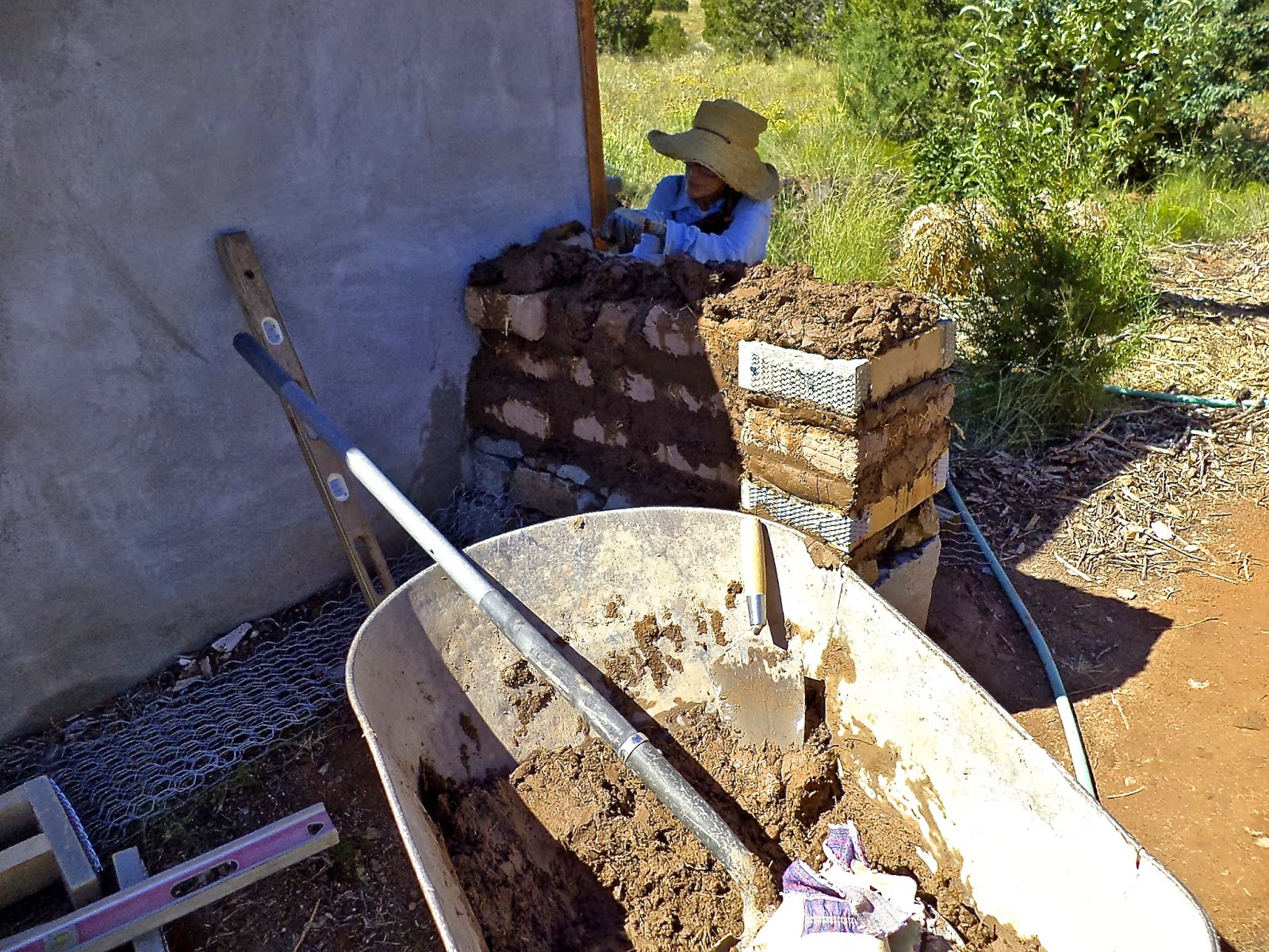 Alt build blog building an adobe wall 3 putting up adobes - How to build an adobe house ...