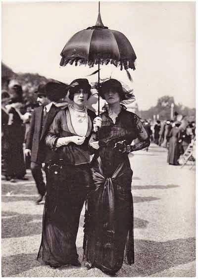 Dues senyores amb estètica gòtica