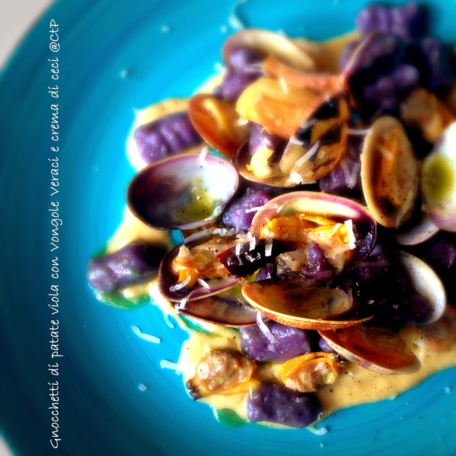 Gnocchetti di patate viola con Vongole Veraci e crema di ceci cuoca a tempo perso