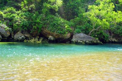 Sungai bawah tanah yang muncul langsung di pantai Baron