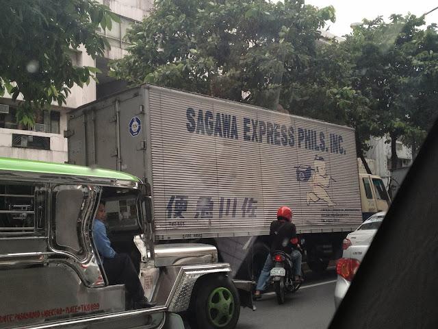 「佐川急便のパクりっぽいトラックだなぁ」 と思いながら見てたら、なんと「SAGAWA EXPRESS PHILS. INC」と書いてあったトラックがこちら。
