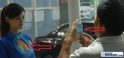 Pakcik Kantoi Ambil Gambar Model