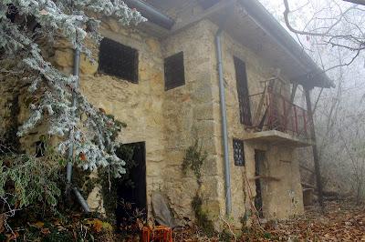 Napuštena kuća u šumi na stazi 2B