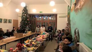 Márkus Barbara, mellette Ildikó és Klárika a falubeli segítőink, az asztal körül a balsai családok, akik az ajándékokat kapták