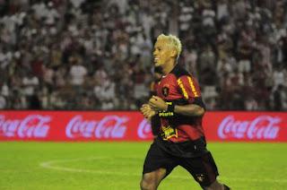 Marcelinho comemorando o segundo gol.