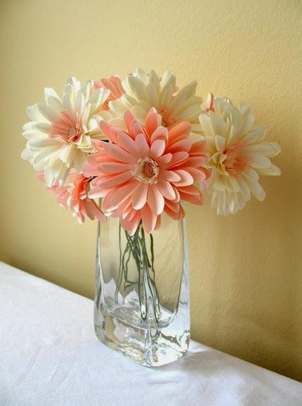 arranjo feito de flores artificiais