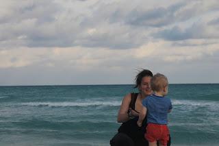 Nadine mit Hugo am Strand von Kuba