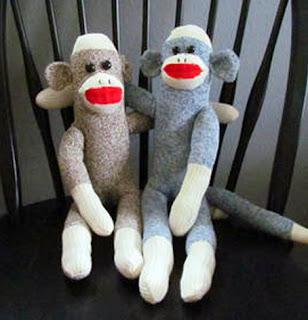 monos de juguete hechos con calcetines