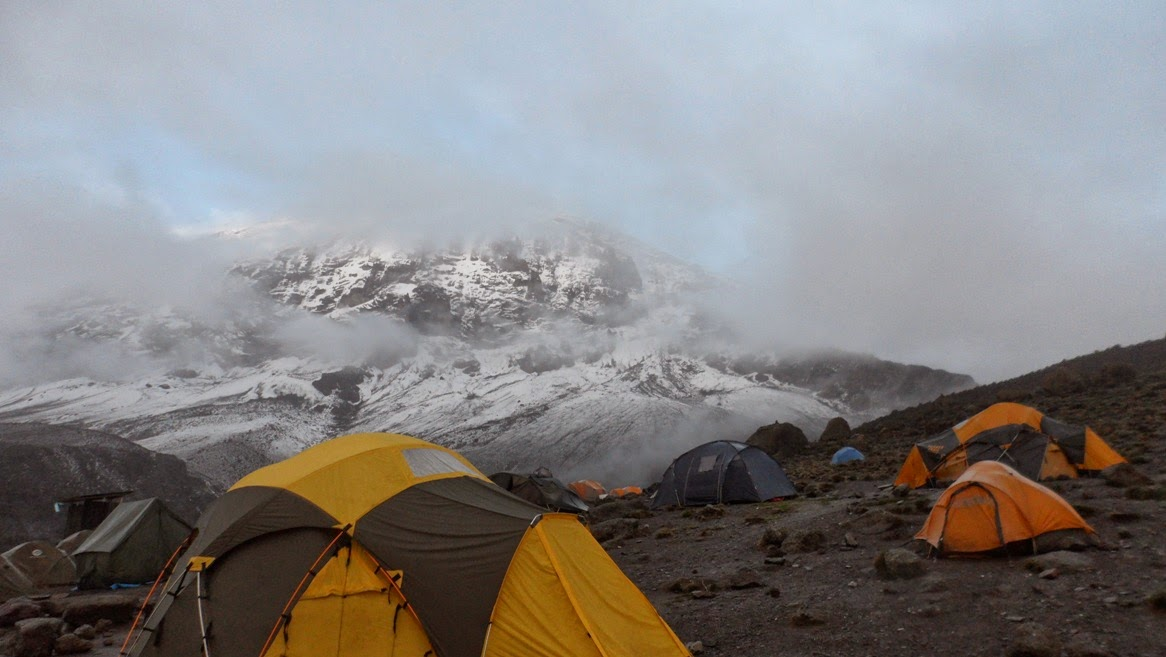 Tiendas-de-campaña-en-Karanga-Hut-bajo-la-niebla-con-la-cima-del-Kilimanjaro-de-fondo