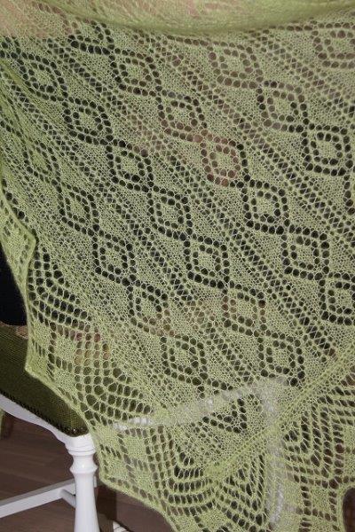 TE KOOP: lichtgroene ,extra lange sjaal.