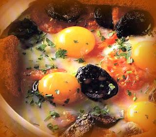 Huevos al plato con morcilla