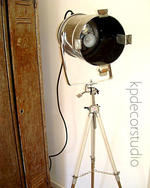Lámparas y focos decorativos antiguos vintage-industrial sobre trípodes de fotografía antiguos