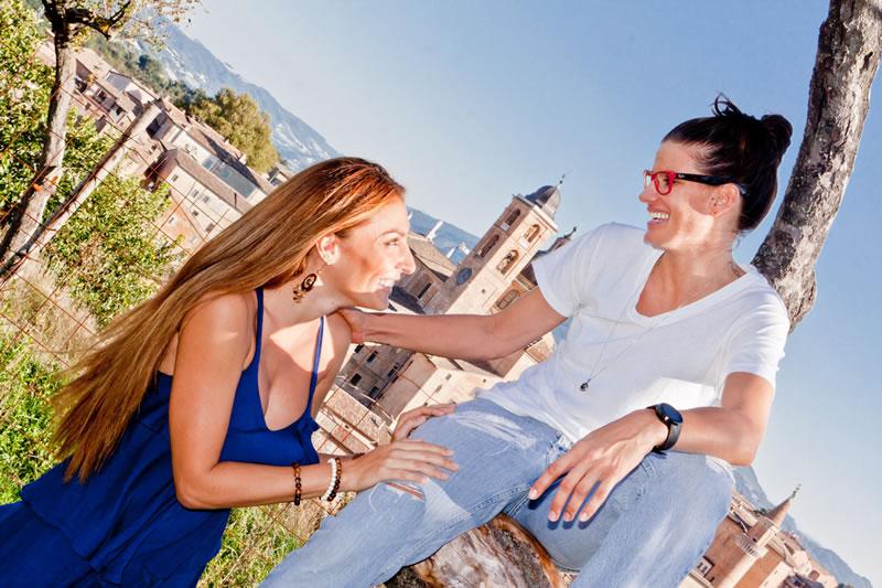 Jogadora americana de vôlei Stacy Sykora (de óculos) posa com a namorada Shivonn (Foto: Reprodução/Site Pallavoliamo)