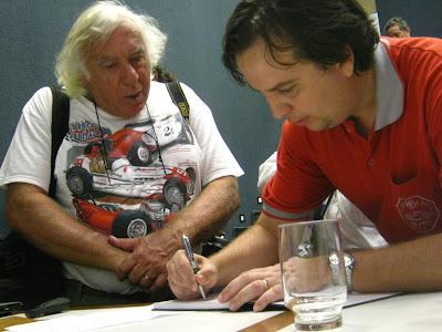 O premiado fotógrafo Claudio Larangeira, cuja cobertura do automobilismo ultrapassa os 40 anos, prestigiou a palestra e teve um exemplar do livro do MP Lafer autografado.