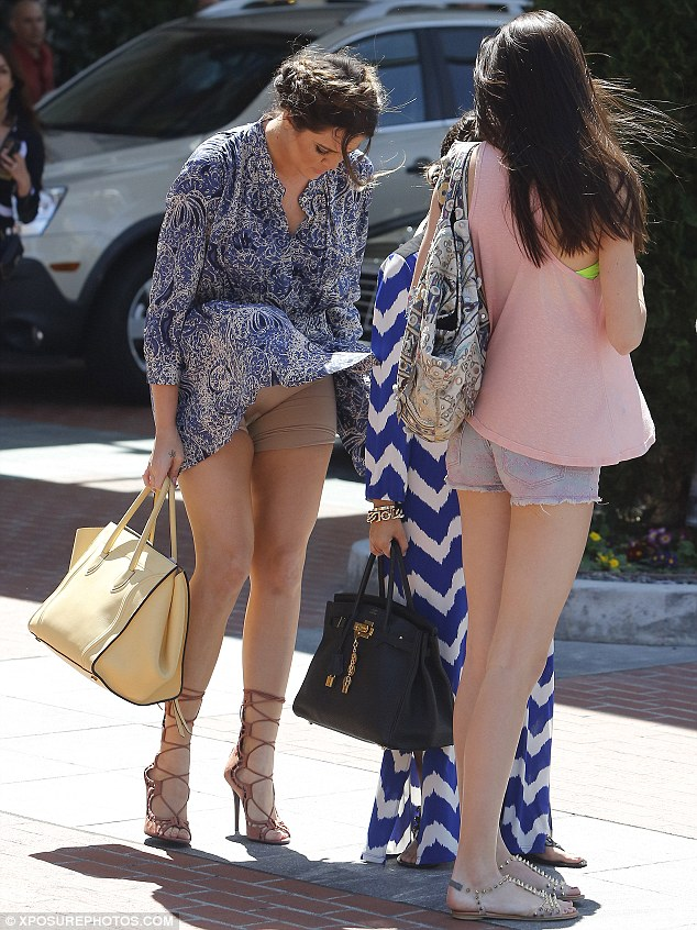 Khloe kardashian dress blows up