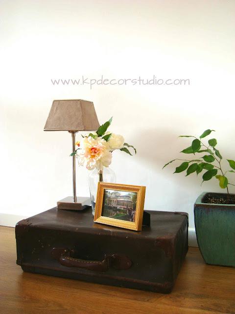 Componer con maletas. Decorar con maletas vintage. Mesa de maletas antiguas