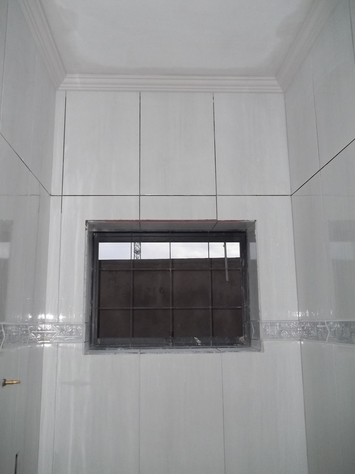 Lavabo com revestimento faixas e moldura de gesso no teto. #5D5153 1200x1600 Banheiro Com Moldura De Gesso