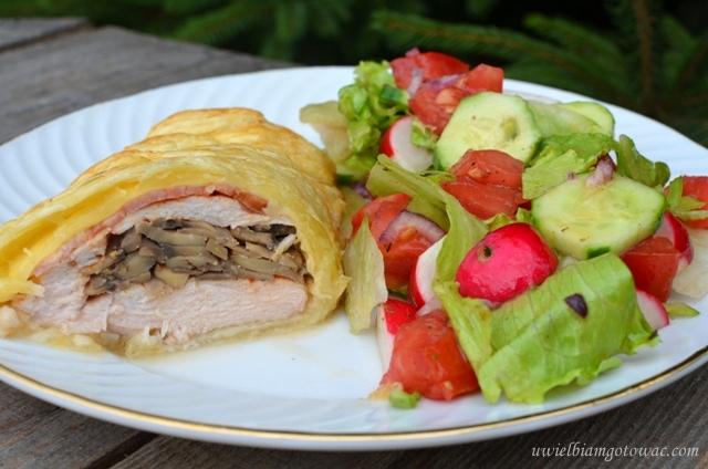 Kurczak w cieście francuskim z boczkiem i pieczarkami