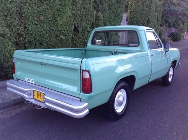 autoliterate: Governt-Issue 1977 Dodge pickup