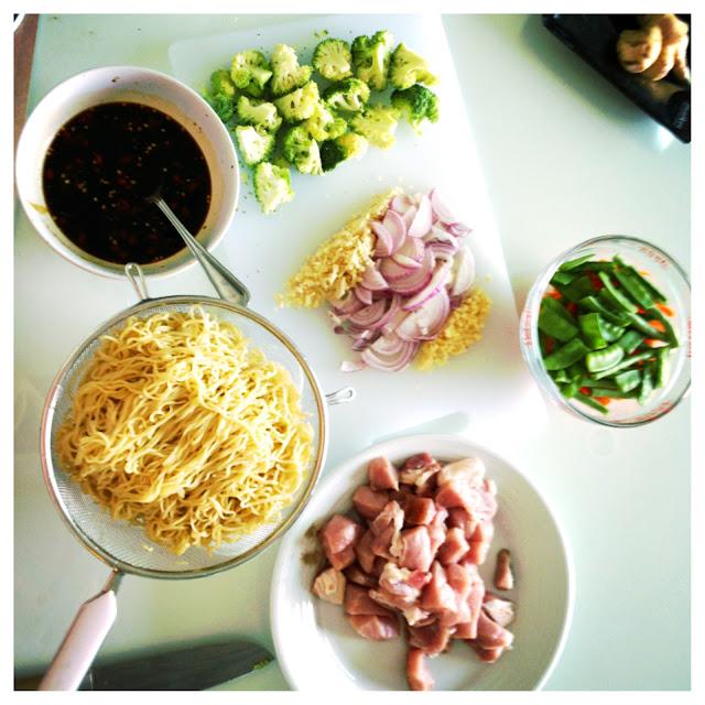 asijské recepty, smažené nudle, smažené thajské nudle, asijské nudle, smažené asijské nudle, stri fry noodles, stir fry thai noodles, zdravá výživa, recepty na asijké jídlo, thajské jídlo, blog o jídle, blog o cestování, cestování po thajsku, thajsko na vlastní pěst