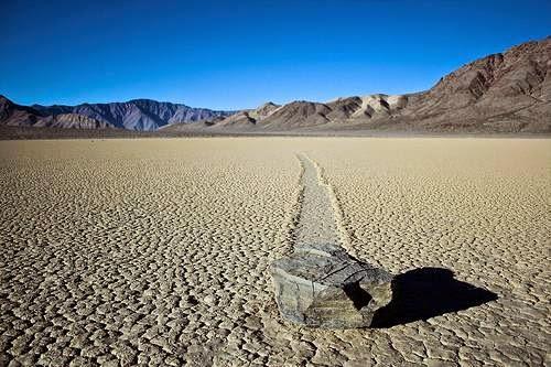 batu berlayar death valley