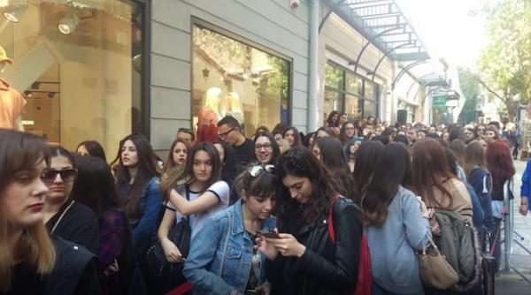 Ουρές σε κατάστημα οπτικών στην Κηφισιά για ένα ζευγάρι γυαλιά ηλίου… Νεοέλληνες !!!