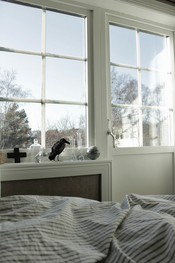 sovrum, svart fågel, täljd fågel, hantverk, martin nilssons fåglar, sovrum i vitt och grått, svart inredningsdetalj, glaskupa, svart och vitt