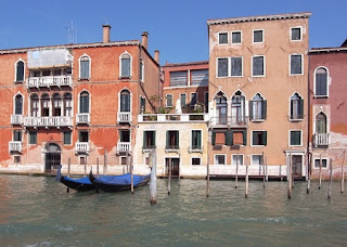 Mesa de Madera Reciclada, Postes Venecianos Recuperados y Convertidos en Mobiliario Moderno