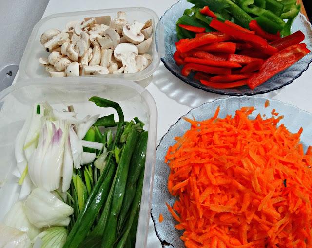Zanahoria rallada, morrón rojo, morrón verde, cebolla de verdeo, cebolla, champigñones
