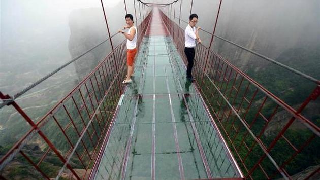 Jembatan Kaca Yang Melintasi 2 Bukit di Hunan, Tiongkok