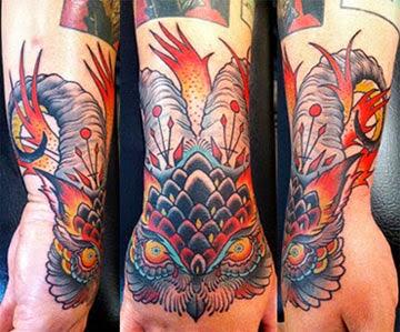 Tatuagens de coruja masculinas no antebraço