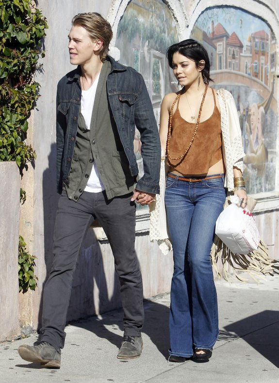 How long has vanessa hudgens been dating austin