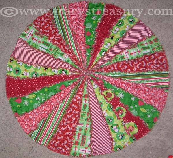 click here to view or download tutorial - Quilted Christmas Tree Skirt Pattern