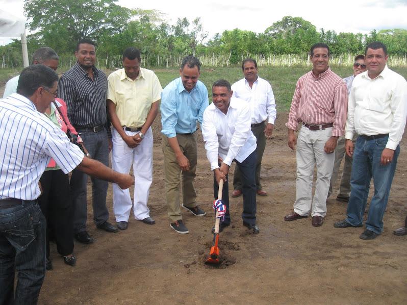Primer picazo construcción centro educativo de los Hatillos