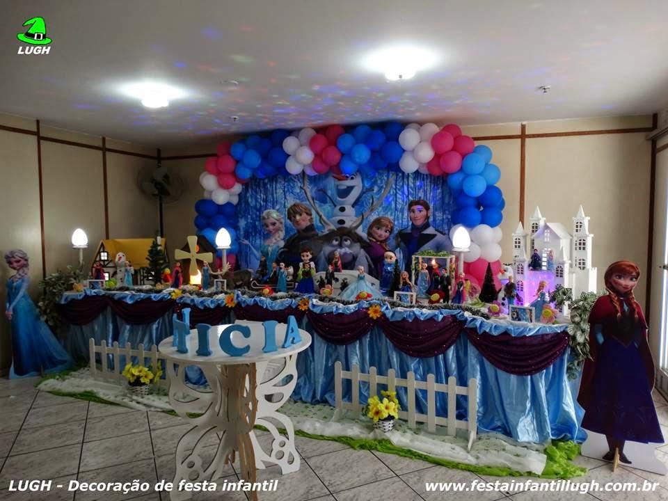 decoração de mesa infantil com o tema Frozen para festa de meninas