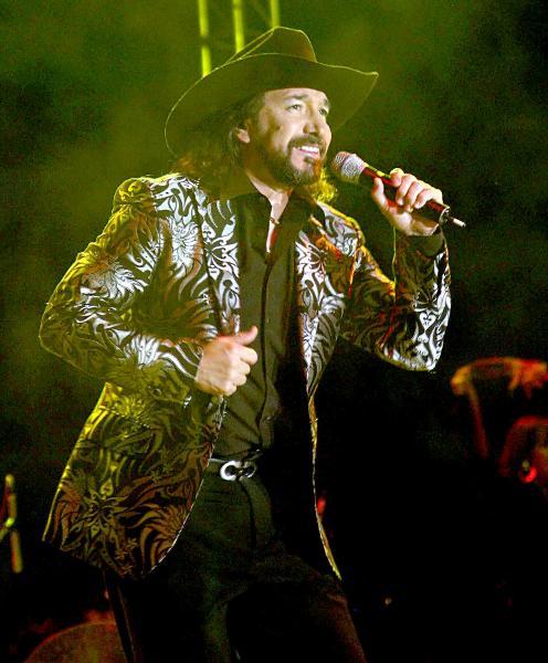 Marco Antonio Solis cantando en concierto