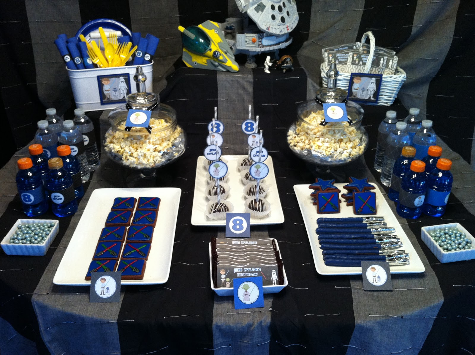 Sweet shindigs star wars inspired dessert table - Decoration table theme star wars ...