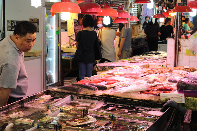 Fresh fish at Hong Kong food street market | travel blog