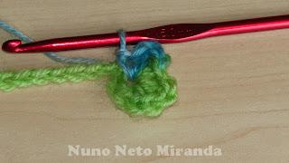 """alt=""""flower tie, crochet tutorial, instruções passo a passo, cordão com flor em crochet"""""""