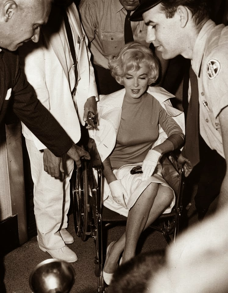 Imagenes cinéfilas - Página 3 Marilyn+Monroe+leaving+the+Pollyclinic+in+Manhattan,+after+her+gall+bladder+operation.+January+1961