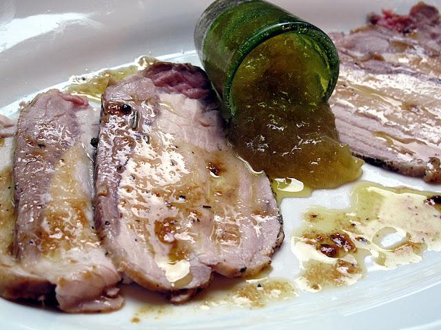 arista di maiale disossata con confettura di rabarbaro e mele al gewurztraminer e zenzero