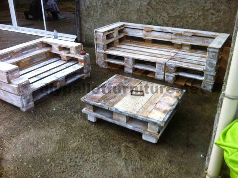 Set de muebles de palets con sof y mesita for Muebles de jardin con palets