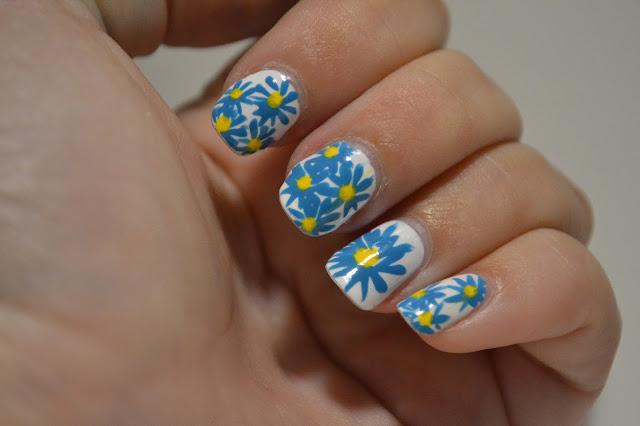 Gul och blåa Blom Nail Art av Elins Naglar