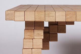 Mesa hecha con cubos de madera reciclados