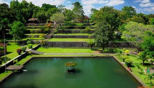 Taman narmada yang terdapat di Lombok